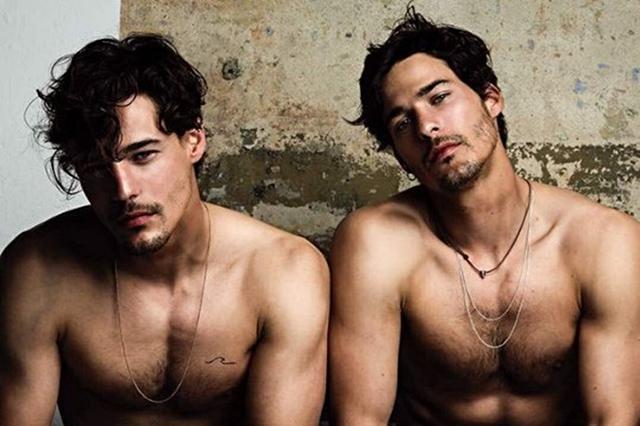 画像: 左胸にタトゥーがあるのがジョージ(左)、エドゥは左わき腹にタトゥーを入れている。