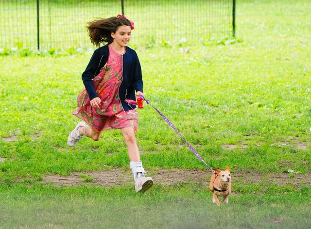 画像4: トム・クルーズの愛娘スリちゃん、犬と遊ぶ姿が愛らしい