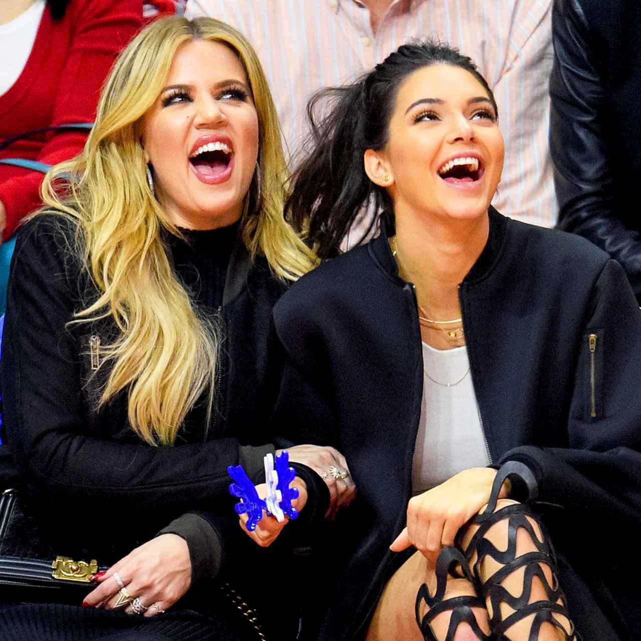 画像: 一緒にバスケットボールの試合を観戦するクロエ(左)とケンダル(右)。
