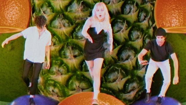 画像: Paramore: Caught In The Middle [OFFICIAL VIDEO] www.youtube.com