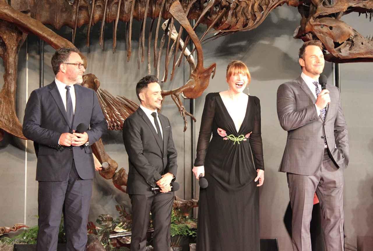 画像: 左から脚本のコリン・トレヴォロウ、J.A.バヨナ監督、ブライス、クリス。