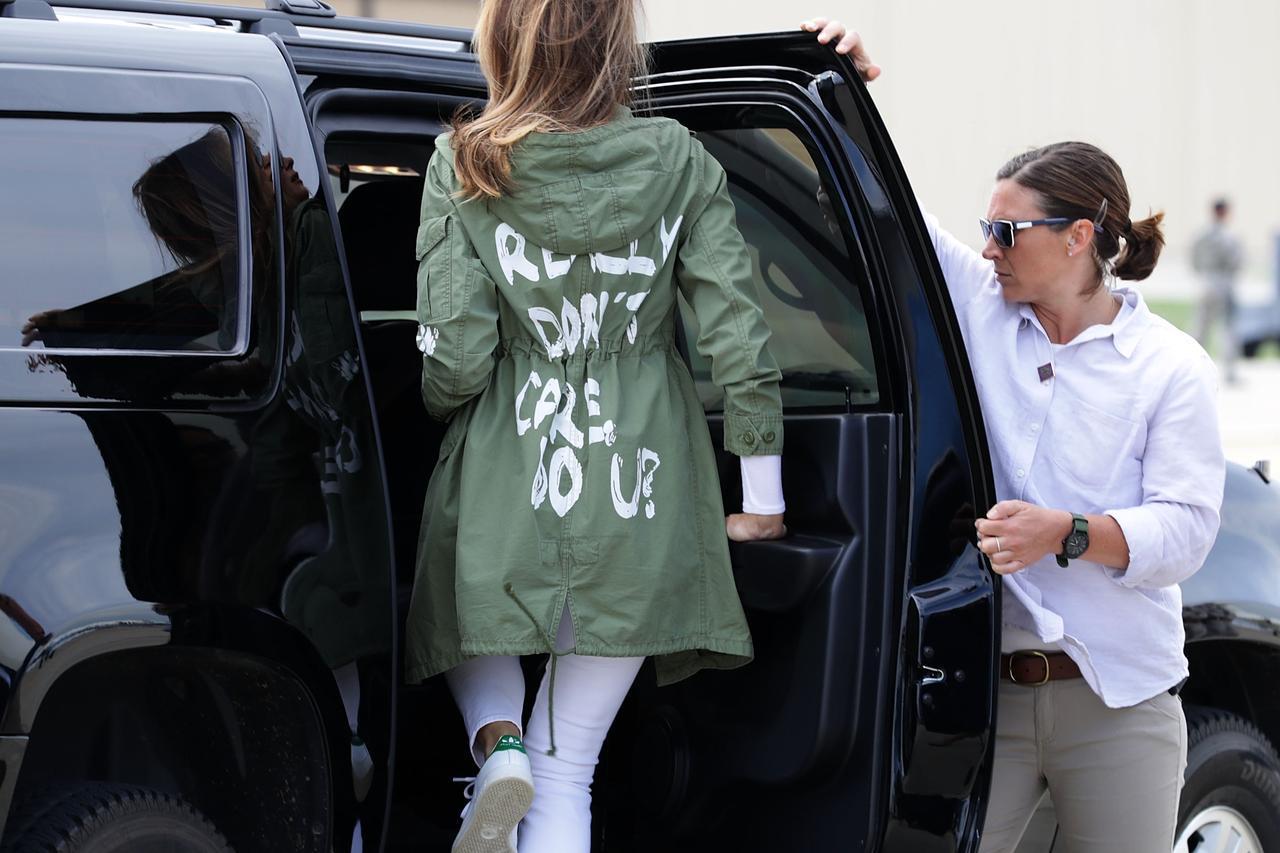 画像: トランプ政権がメキシコからの不法移民の子供と親を引き離し、まるで檻のような設備の中で拘留していた問題で、子供たちの様子を憂いたメラニア夫人がテキサス州にある収容施設を訪問。 しかし、その際着ていたジャケットの背中に「本当のところ、どうでもいい。あなたは?」というメッセージが書かれていたことで、世間から大バッシングを受けることとなった。