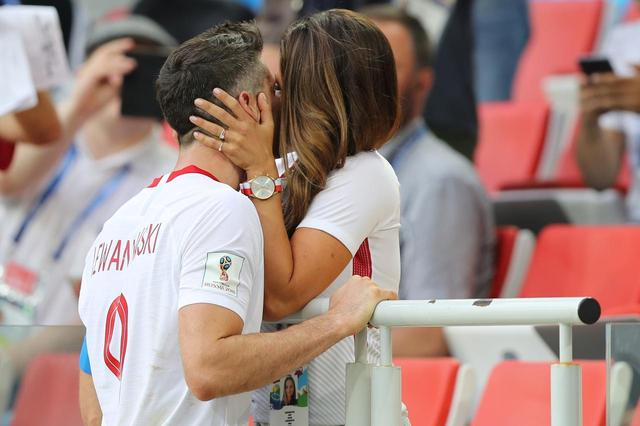 画像2: 【サッカーW杯】日本と対戦、ポーランド代表選手と妻の「濃厚キス」がドラマチック