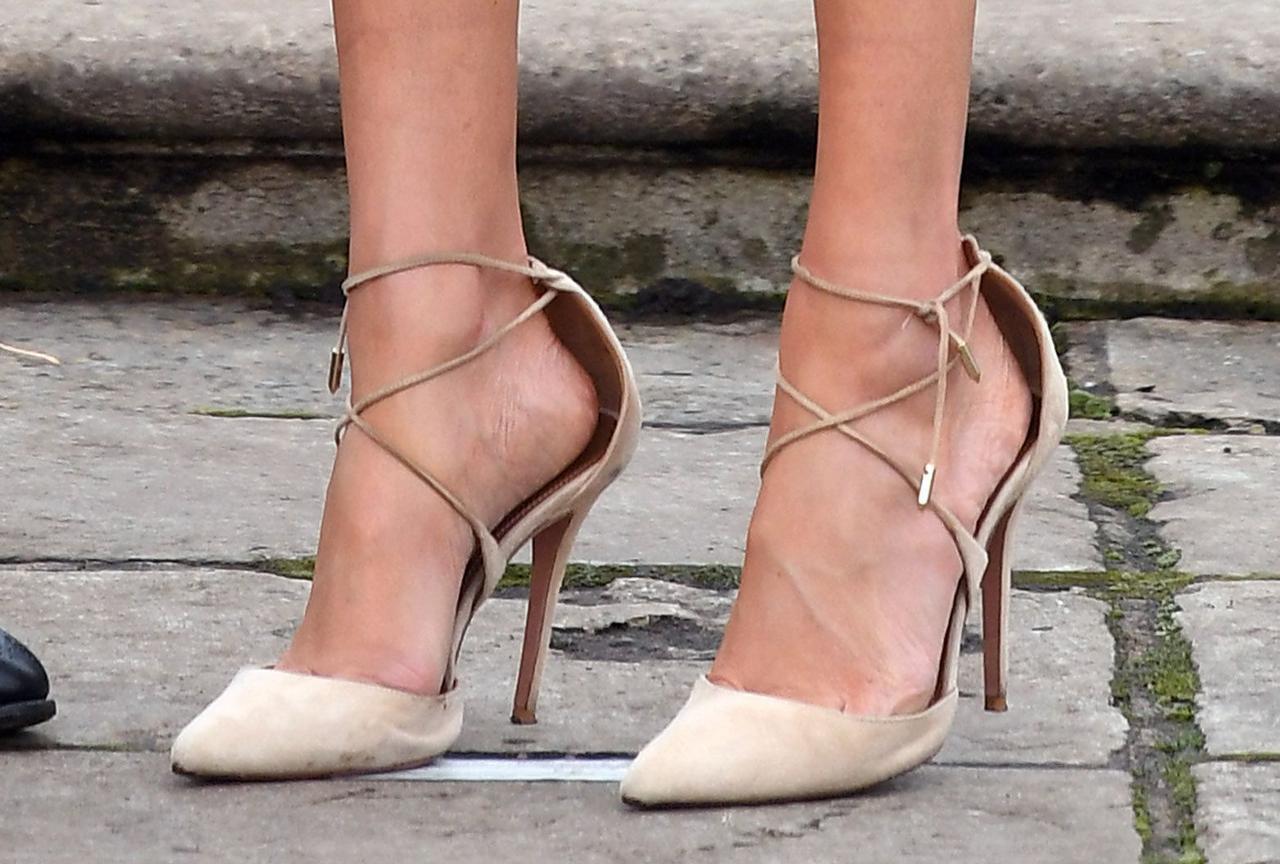 画像2: メーガン妃がいつも「サイズの合っていない靴」を履いている理由