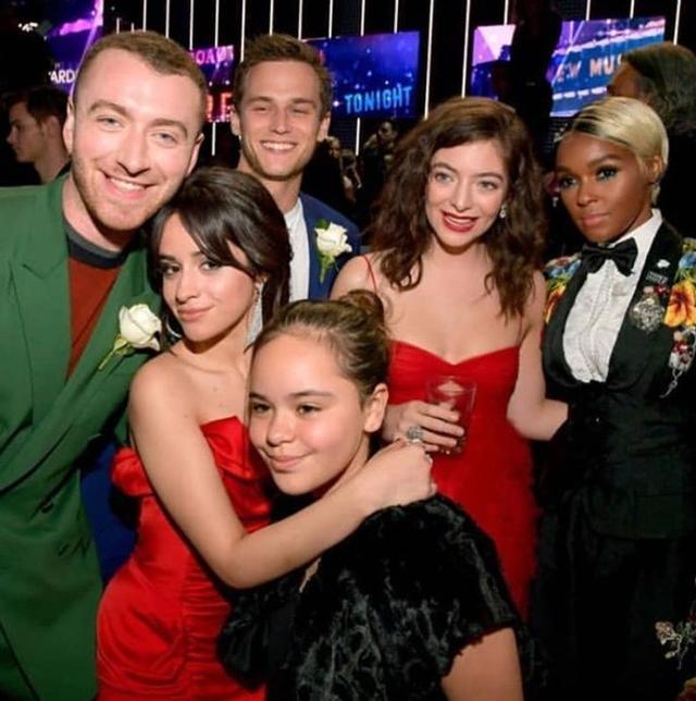 画像: 残っているのはグラミー賞でのカミラ・カベロらとのグループ写真のみ。©instagram/samsmithworld