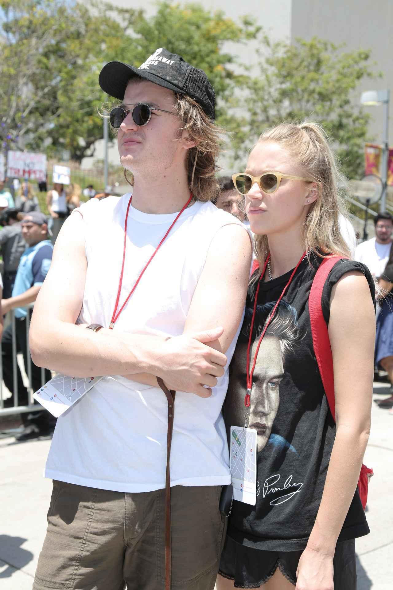 画像: 恋人のマリカ・モンローと一緒にデモに参加したジョー。