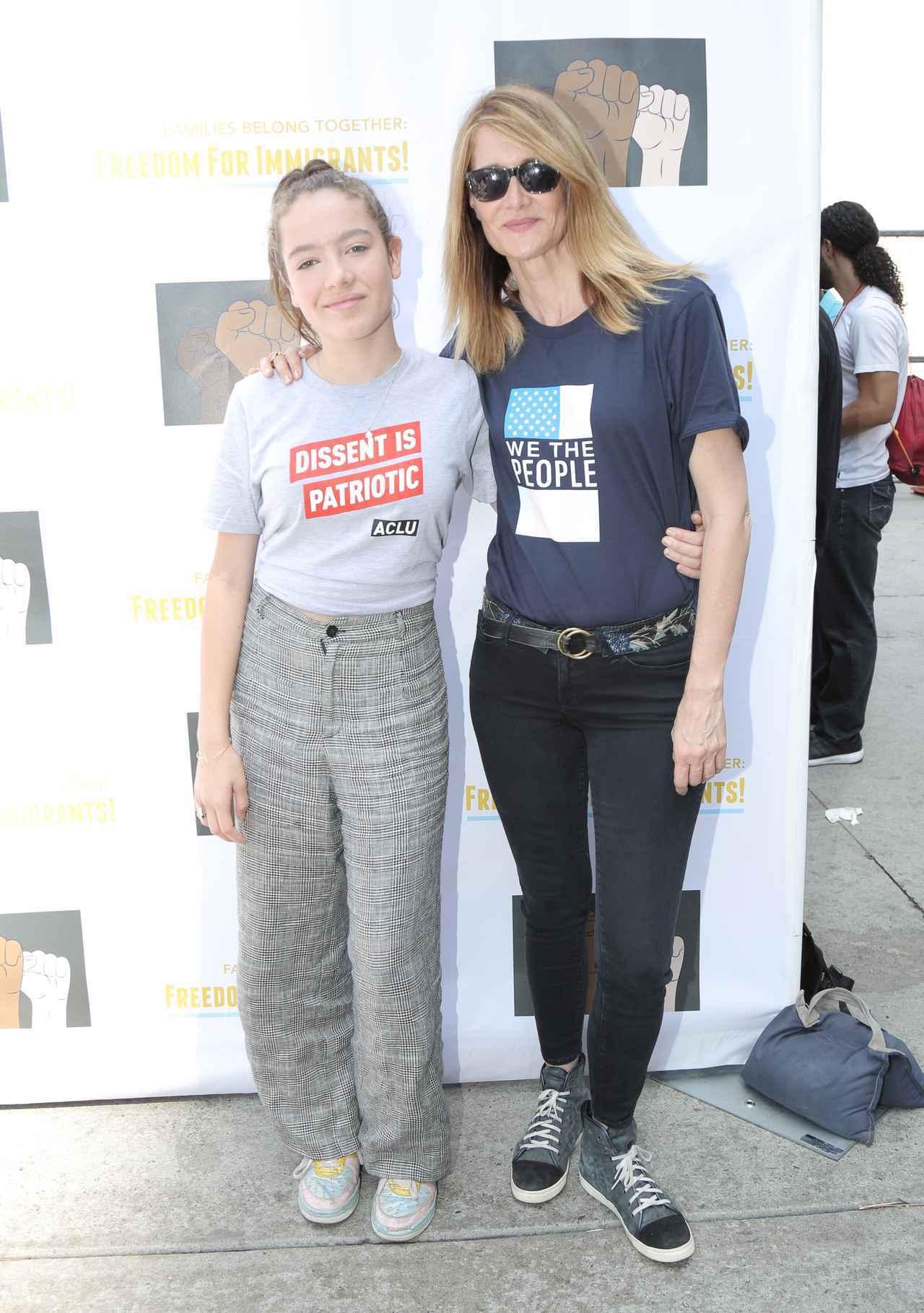 画像: ローラ(写真右)は移民親子の引き離し問題についてSNSでも複数の投稿をして、みんなが力を合わせることの必要性について訴えていた。