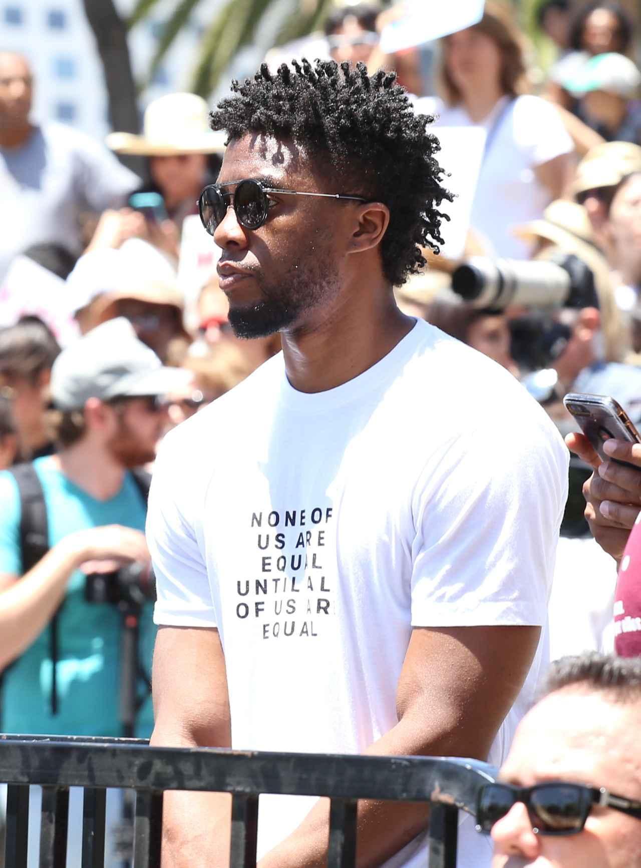 画像: 映画でスーパーヒーローのブラックパンサーを演じるチャドウィックは、 「すべての人たちが平等になるまで、誰も平等ではない」 というメッセージが書かれたTシャツを着て参加。