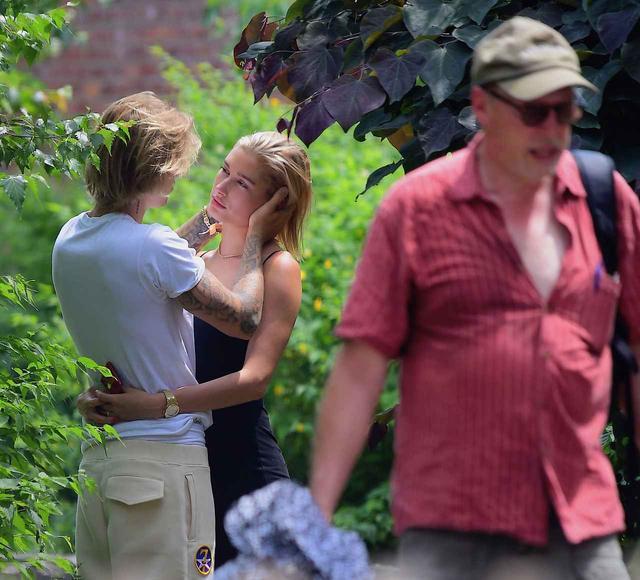 画像: 男性が横を通りかかったのも気にせず、ジャスティンの方を向いて恍惚の表情を浮かべるヘイリー。