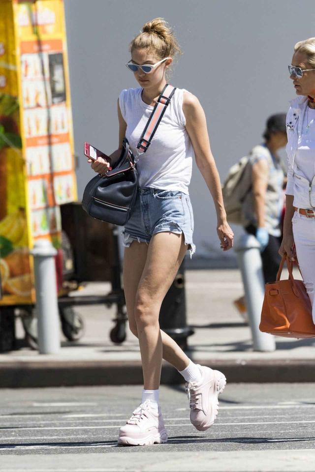 画像: 人気モデルのジジ・ハディッドもピンクを愛用