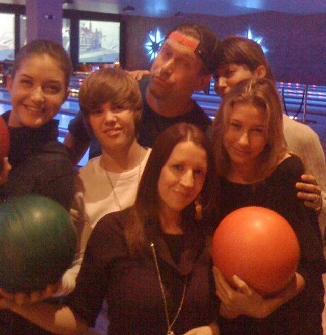 画像: ジャスティンとヘイリーの間には、ジャスティンの母パティの姿も。©Justin Bieber/Twitter