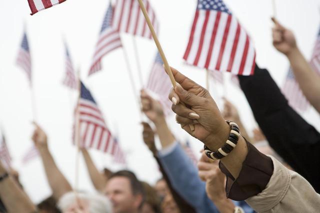 画像: 独立記念日のために星条旗を体に入れた男性、その方法とは?