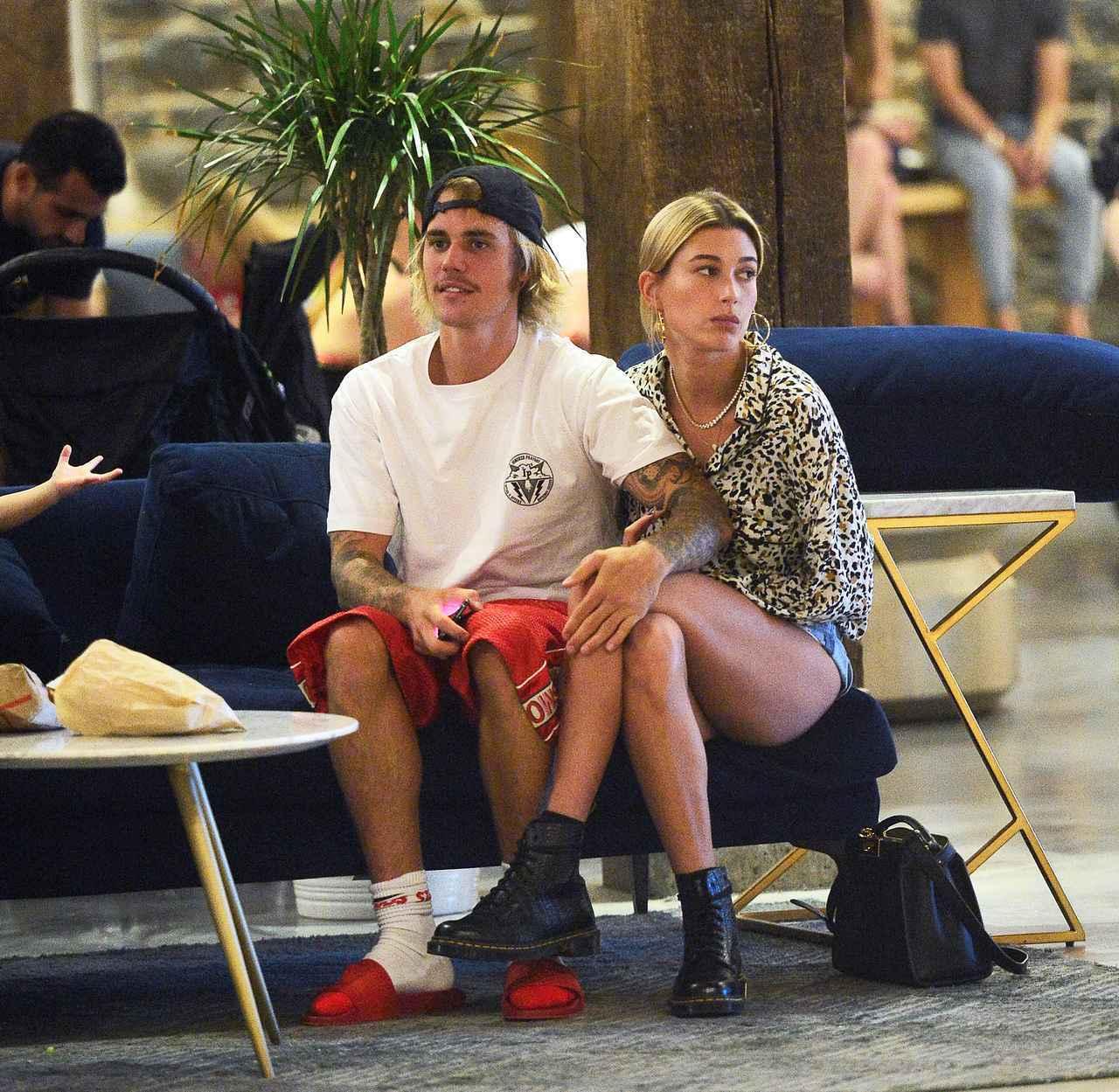 画像: 会員制ラウンジでは、体を密着させたジャスティンとヘイリーが楽しそうにふざけあっていた。