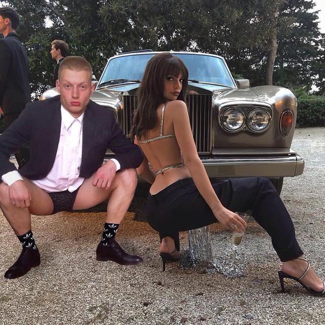 画像1: MAXさんはInstagramを利用しています:「Говорит ноги замёрзли, ну я же кавалер все таки」 www.instagram.com