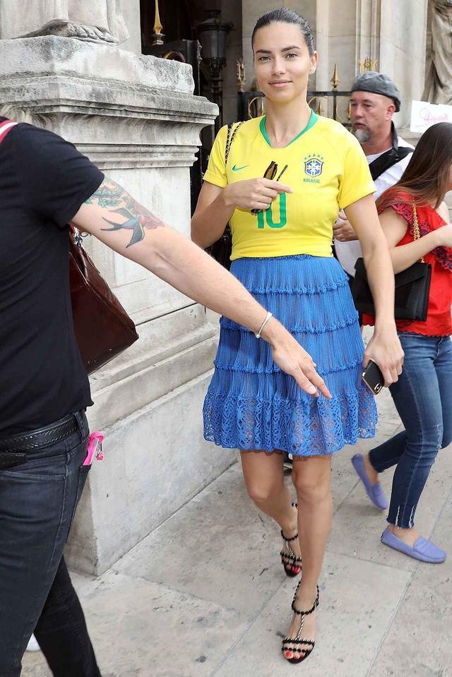 画像1: アドリアナ・リマ、ある方法でサッカーブラジル代表愛を炸裂させる