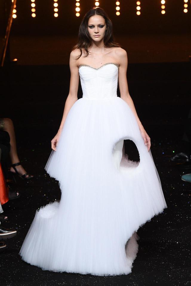 画像: 2010年スプリングコレクションで公開されたときは、サーモンピンクだったドレス。