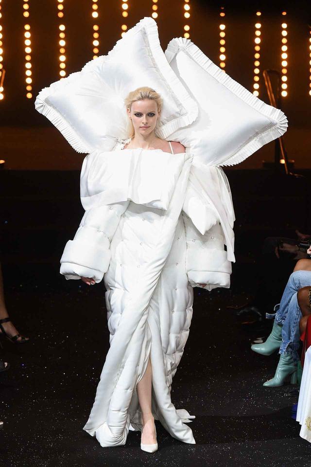 画像: 人気ブランド、ランウェイに現れたのは巨大マクラがついたモデル