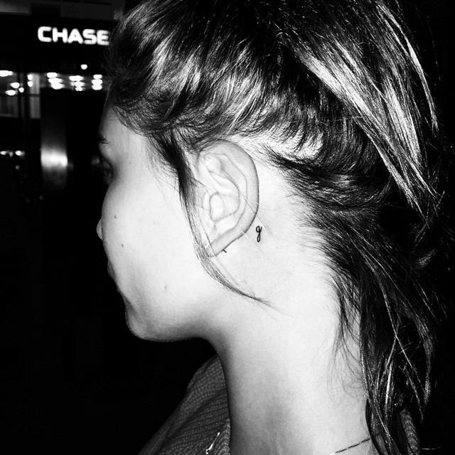 画像: ヘイリーの耳の後ろに入った「g」のタトゥー。©Hailey Baldwin / Instagram www.instagram.com