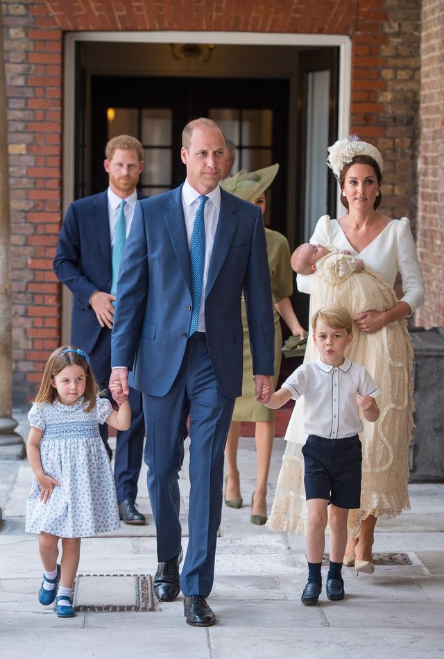画像: 左から:シャーロット王女、ウィリアム王子、ジョージ王子、ルイ王子を抱くキャサリン妃。