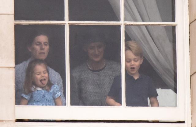 画像: シャーロット王女が「べーっ」と舌を出して見せるなど、子供らしい無邪気な場面も。