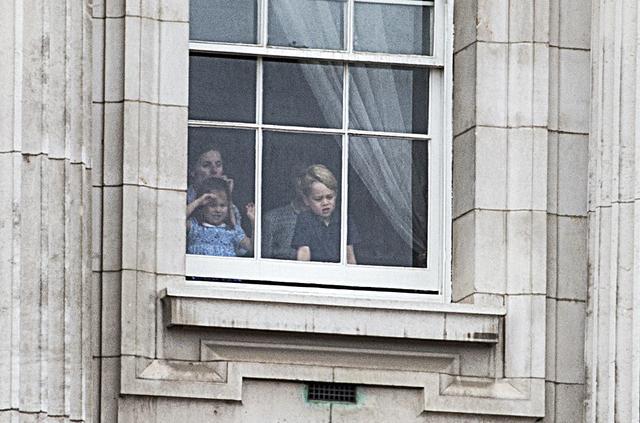 画像5: ジョージ王子&シャーロット王女、宮殿の窓から群衆に「大サービス」