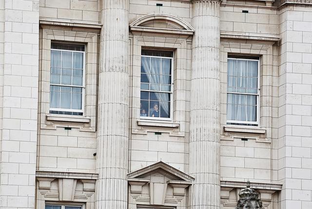 画像4: ジョージ王子&シャーロット王女、宮殿の窓から群衆に「大サービス」