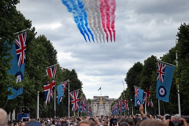 画像1: ジョージ王子&シャーロット王女、宮殿の窓から群衆に「大サービス」