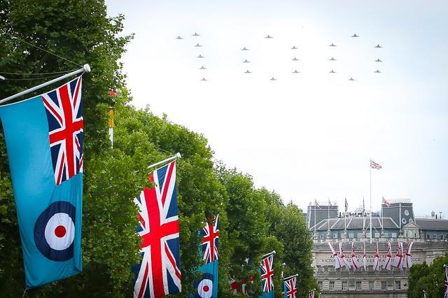 画像3: ジョージ王子&シャーロット王女、宮殿の窓から群衆に「大サービス」