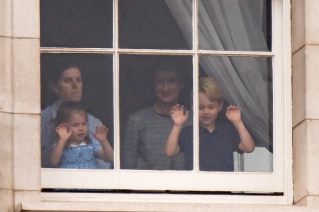 画像6: ジョージ王子&シャーロット王女、宮殿の窓から群衆に「大サービス」
