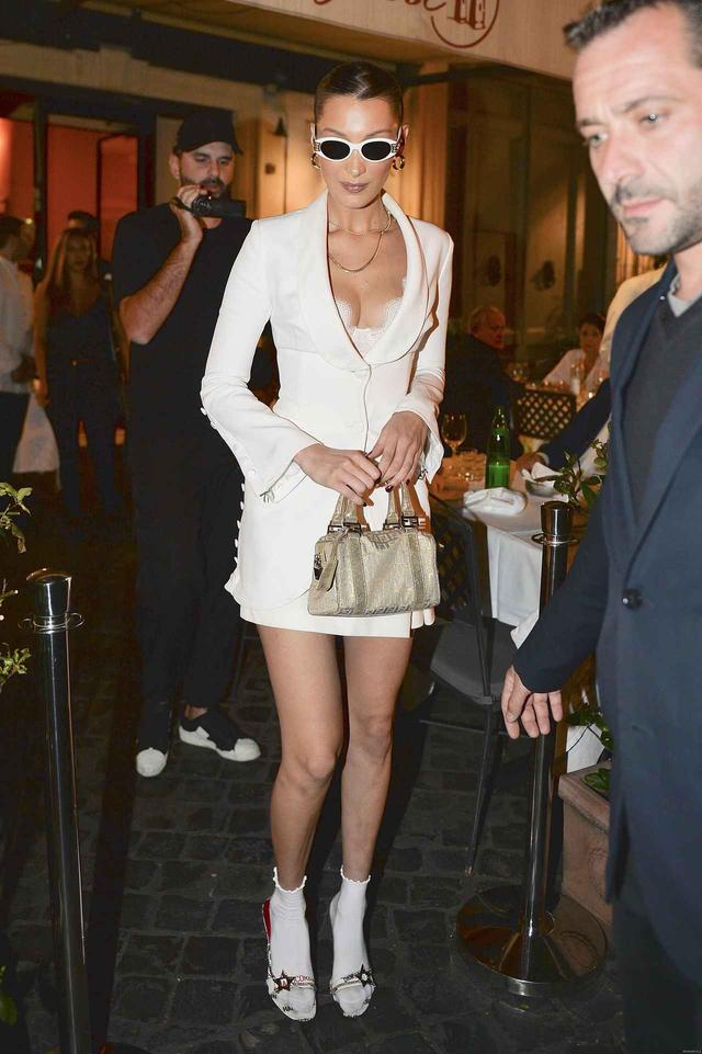画像1: ベラ・ハディッド、セクシーなジャケットスタイルの足元コーデ術に注目