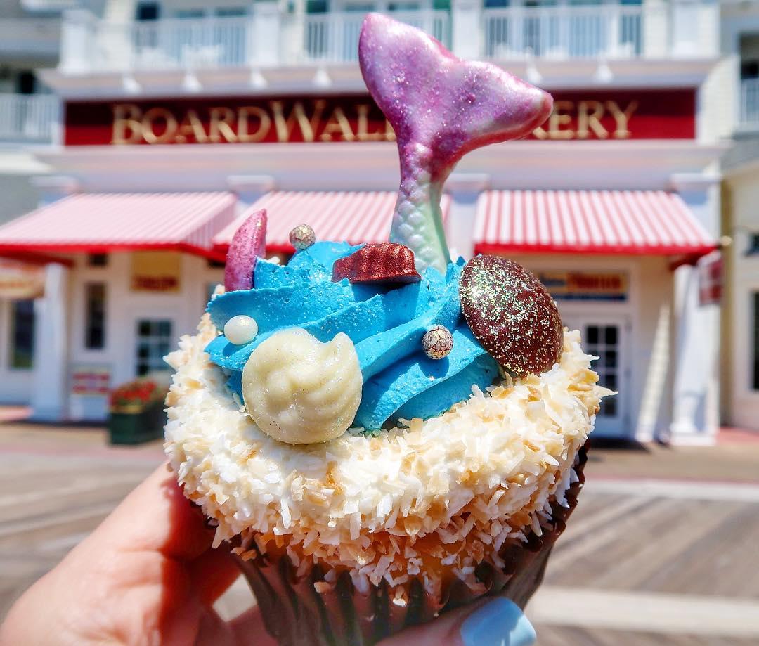画像1: Serena at LivingbyDisney.comさんはInstagramを利用しています:「Guys. How stinking adorable is this?! The latest mermaid cupcake (is this a thing now?) is from Boardwalk bakery and it's topped with…」 www.instagram.com
