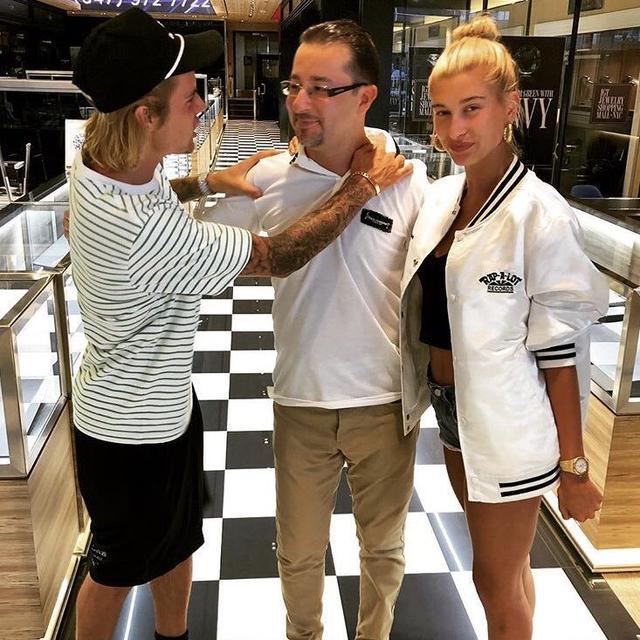 画像: 店のスタッフと話すジャスティン。 www.instagram.com