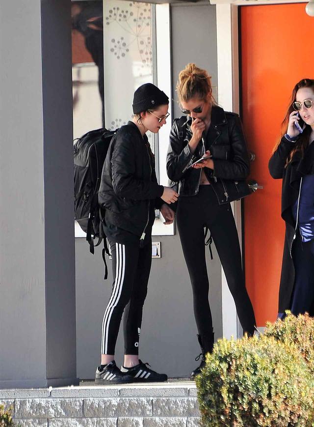 画像: 人気女優×モデルの同性カップルの「レアショット」をあのデザイナーが公開