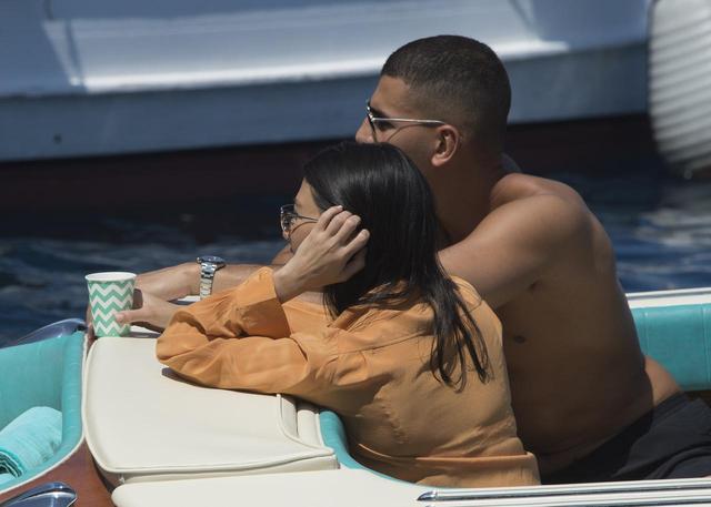 画像: 船上でリラックスするコートニーとユーネス。