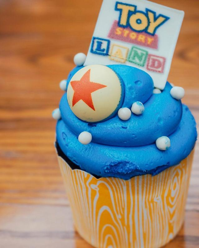画像1: Krystal  SunnySweetDays.comさんはInstagramを利用しています:「A sweet treat to celebrate Toy Story Land! I legit thought it was a plastic bouncy ball on top of this cupcake...but no... definitely…」 www.instagram.com