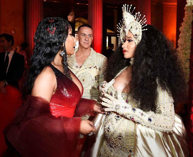 画像: ニッキーとカーディ(写真右)は、今年5月に開催されたファッションの祭典「メットガラ(Met Gala)」で和解したと言われている。