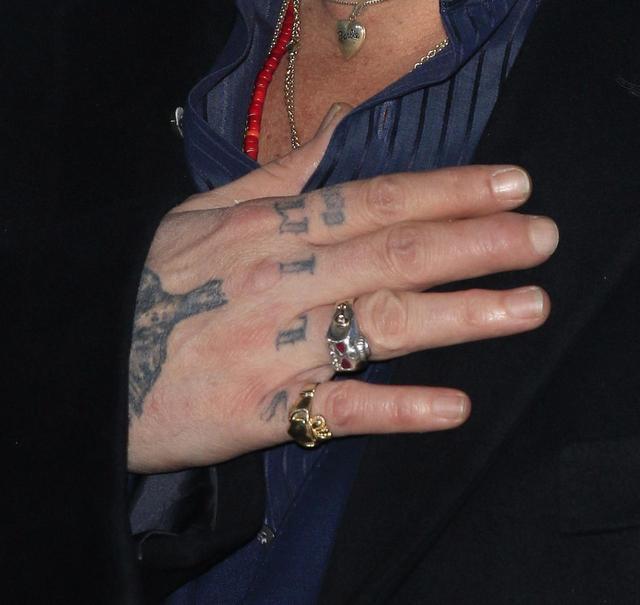 画像1: ジョニー・デップ、「人間のくず」に変えた元妻にまつわるタトゥーを再び変更