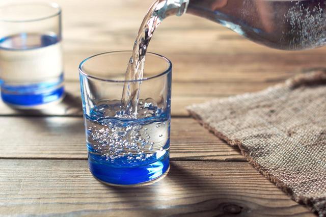 画像: 1日8グラスの水分補給をする