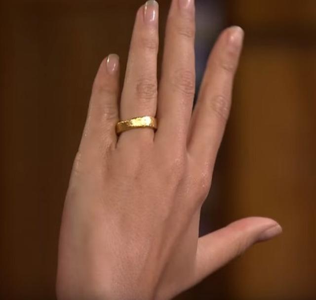 画像: 金塊を溶かして作った結婚指輪。