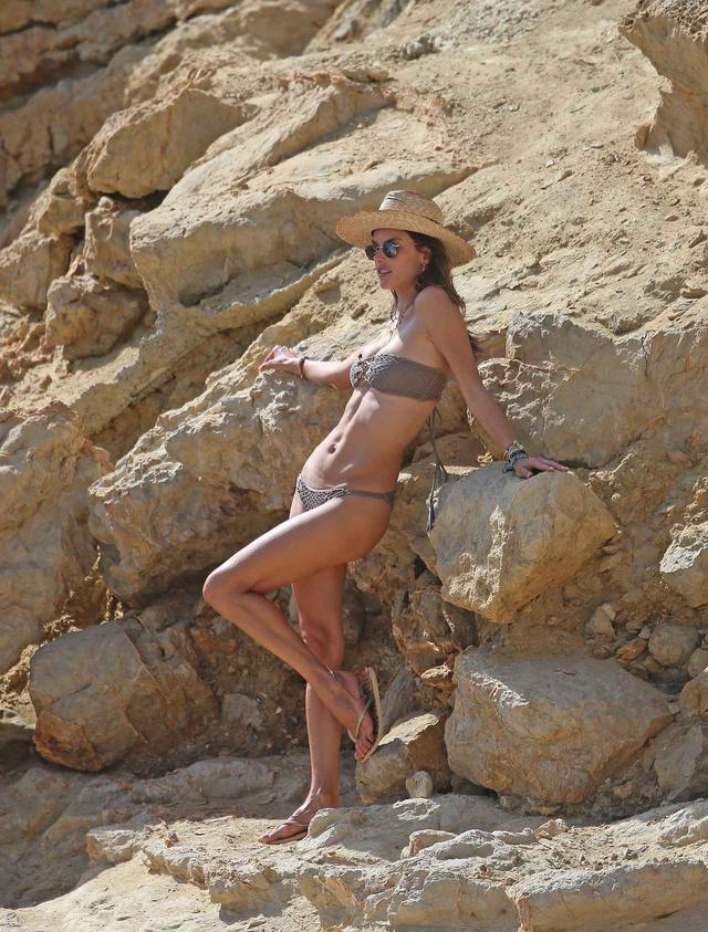 画像1: アレッサンドラ・アンブロジオの美しい水着姿が撮影のよう