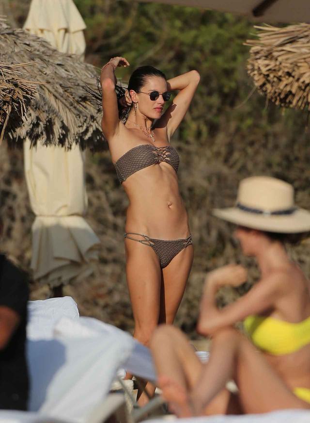 画像3: アレッサンドラ・アンブロジオの美しい水着姿が撮影のよう