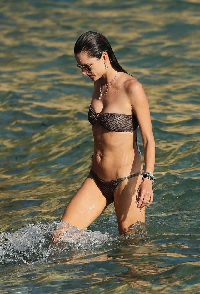 画像5: アレッサンドラ・アンブロジオの美しい水着姿が撮影のよう