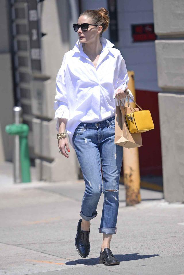 画像1: オリヴィア・パレルモ、白シャツ+デニムコーデを格上げする方法