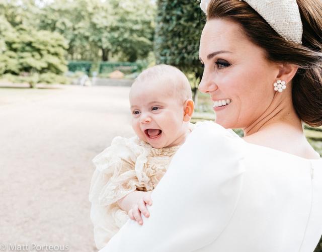 """画像: どれも麗しい写真ながら、「ルイ王子がぱっちりと目を開けている場面の写真は無いのか…」と王室ファンたちがちょっぴり落胆するなか、少し時間を空けて、キャサリン妃の「私たちと同様に、みなさんがルイ王子の愛くるしい写真を楽しめますように」との粋なはからいで、""""おめめパッチリ""""なルイ王子の姿を収めた写真が公開に! twitter.com"""