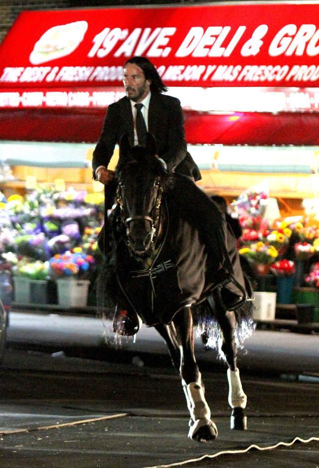 画像3: キアヌ・リーブス、スーツ姿で馬にまたがりニューヨークを疾走