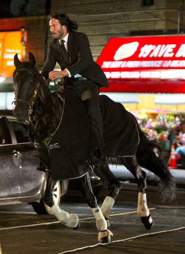 画像4: キアヌ・リーブス、スーツ姿で馬にまたがりニューヨークを疾走