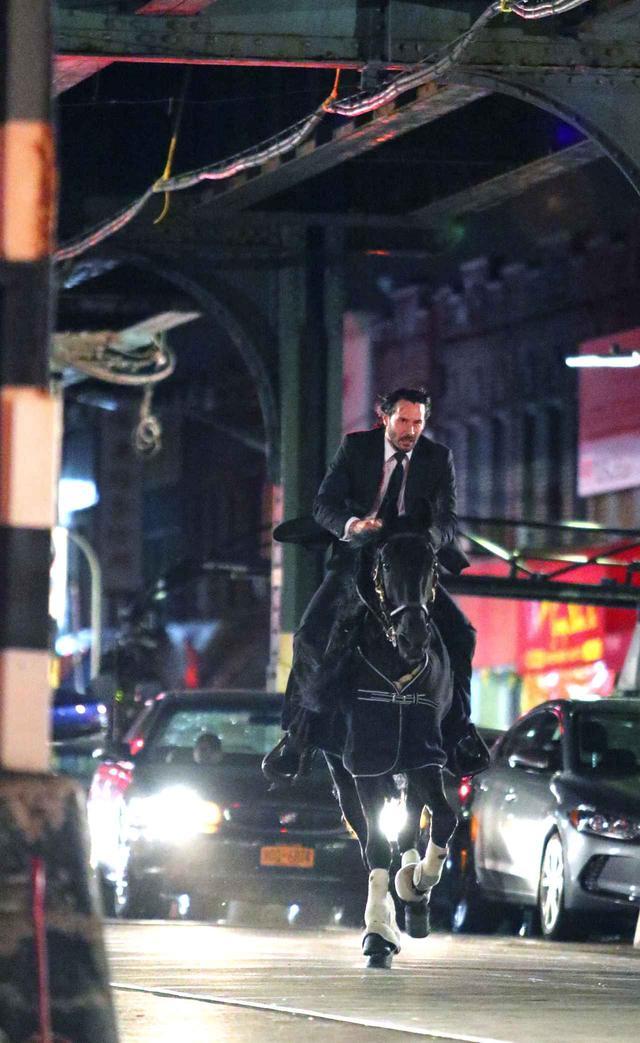 画像5: キアヌ・リーブス、スーツ姿で馬にまたがりニューヨークを疾走