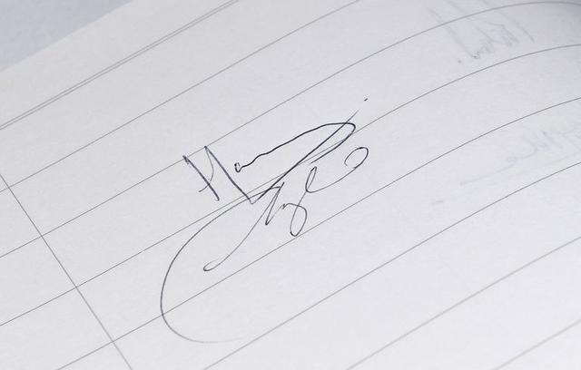 画像: 結婚前のサイン。