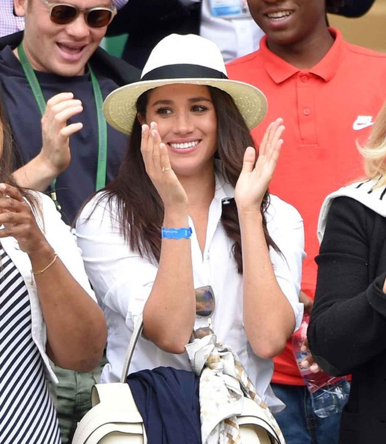 画像: 2016年にウィンブルドン選手権の会場で撮影された女優として活躍していた頃のメーガン妃。