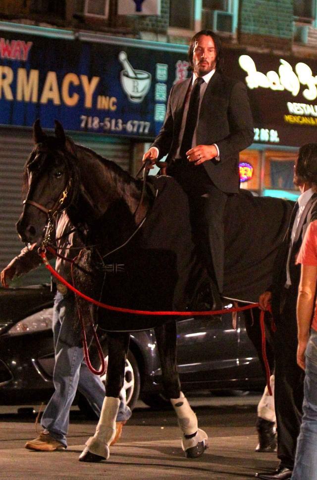 画像2: キアヌ・リーブス、スーツ姿で馬にまたがりニューヨークを疾走
